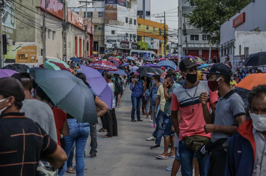 """""""O nome deveria ser auxílio-humilhação"""", diz mãe há 56 dias na espera do benefício emergencial"""