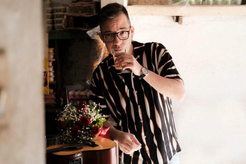 Belinho da Silva, autor da paródia 'Faroeste caos bozo', lança nesta sexta o seu primeiro single: 'Parceira', junto com Felipe de Paula