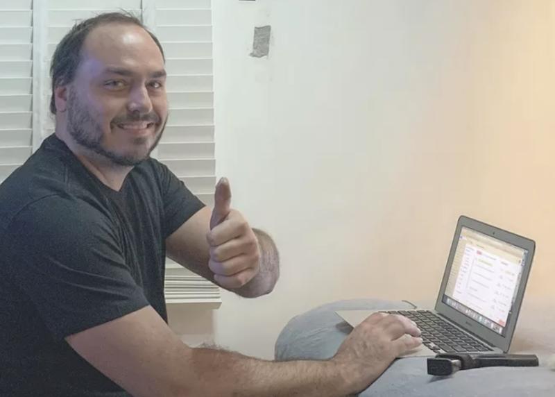 Melhor emprego do planeta: Entregador de panfletos de Carlos Bolsonaro recebeu salário de R$ 17 mil