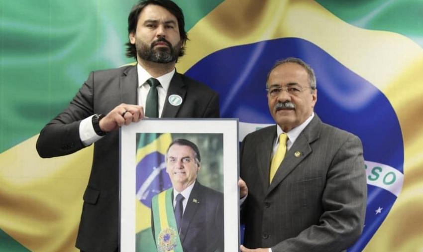 """Senador pego com dinheiro sujo entre as nádegas tem quase """"união estável"""" com Bolsonaro, diz presidente; vídeo"""