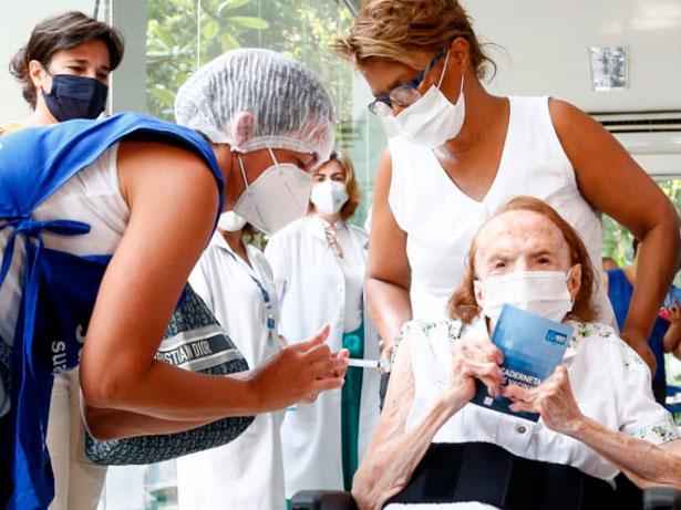 Fiocruz: Idosos e seus cuidadores devem ter prioridade na vacinação contra a Covid