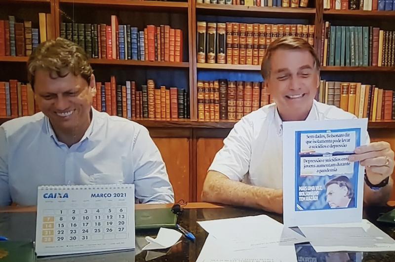 No dia de 1.760 mortes por covid, Bolsonaro sorri ao falar sobre supostos suicídios causados pelo isolamento social
