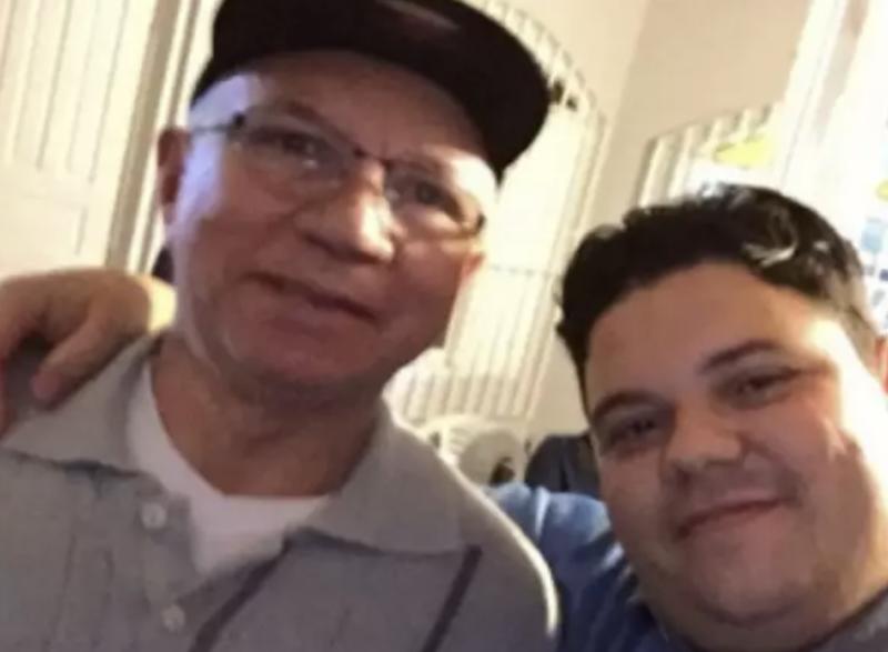 Prefeito de Mongaguá chora em live depois de perder pai e irmão — de 33 anos — para a covid; vídeo