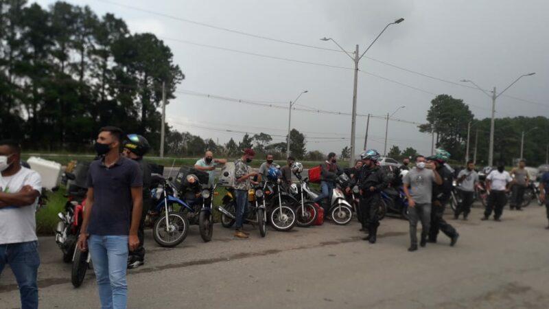 Motoristas protestam contra aumento dos combustíveis em frente à refinaria da Petrobras, em Araucária, no Paraná; vídeos