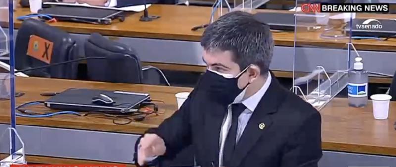Randolfe explica como tentou emendar MP do governo Bolsonaro para comprar vacinas, mas foi rejeitado. Atraso de seis meses custou vidas
