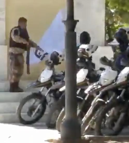 """Em Juazeiro do Norte, PM arranca cartaz """"Bolsonaro genocida""""; veja o flagrante"""