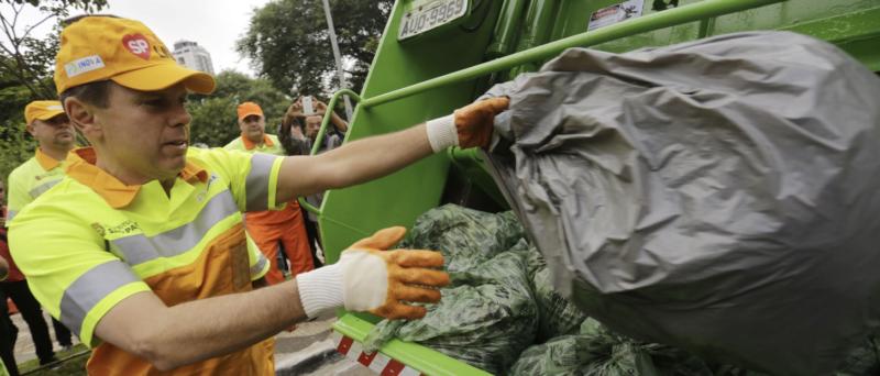 Depois de 2 mil casos de covid e 60 mortes, garis que carregam lixo contaminado esperam há 6 meses por resposta do João Trabalhador