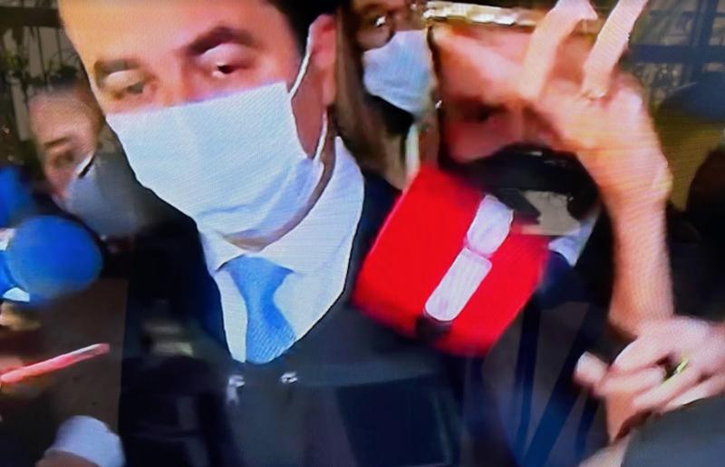 Deputado bolsonarista chega de colete à prova de balas para falar de corrupção na compra de vacinas envolvendo Bolsonaro; veja como foi depoimento