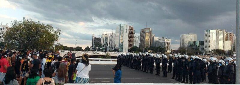 """Veja como foi o protesto dos povos indígenas em defesa dos seus direitos na estreia da Copa América: """"Queremos vacina no braço de todos""""; vídeo"""
