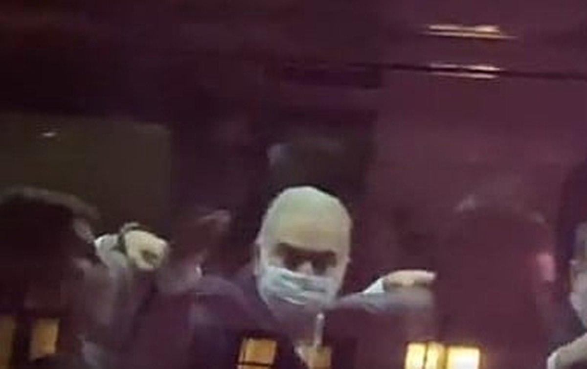 Queiroga aponta o dedo médio a brasileiros que protestavam em Nova York contra Bolsonaro genocida; vídeo