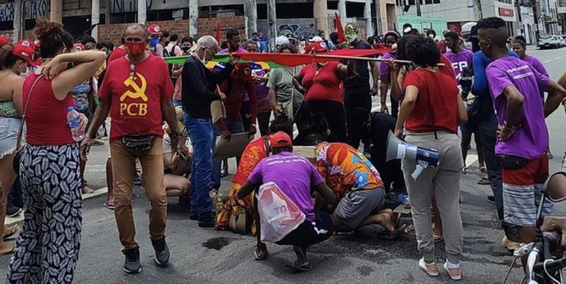 No Recife, motorista atropela e arrasta manifestante e saca arma, denunciam testemunhas